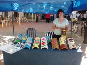 tejas-decoradas-artesanales-puesto-mercadillo-artesanal-fuentevaqueros