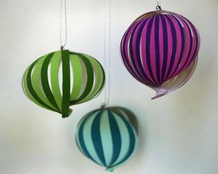 Estos ornamentos de papel caprichosos, gem-toned hacen una adición hermosa a cualquier árbol.