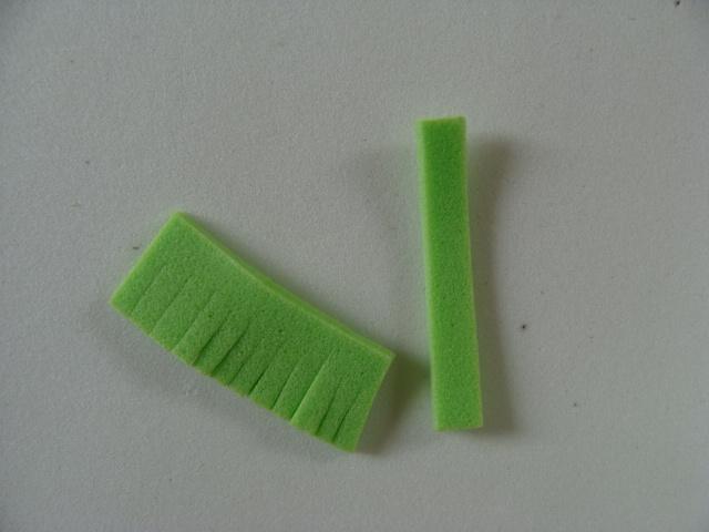 cortar-dos-tiras-de-eva-y-cuchillo-una-borla