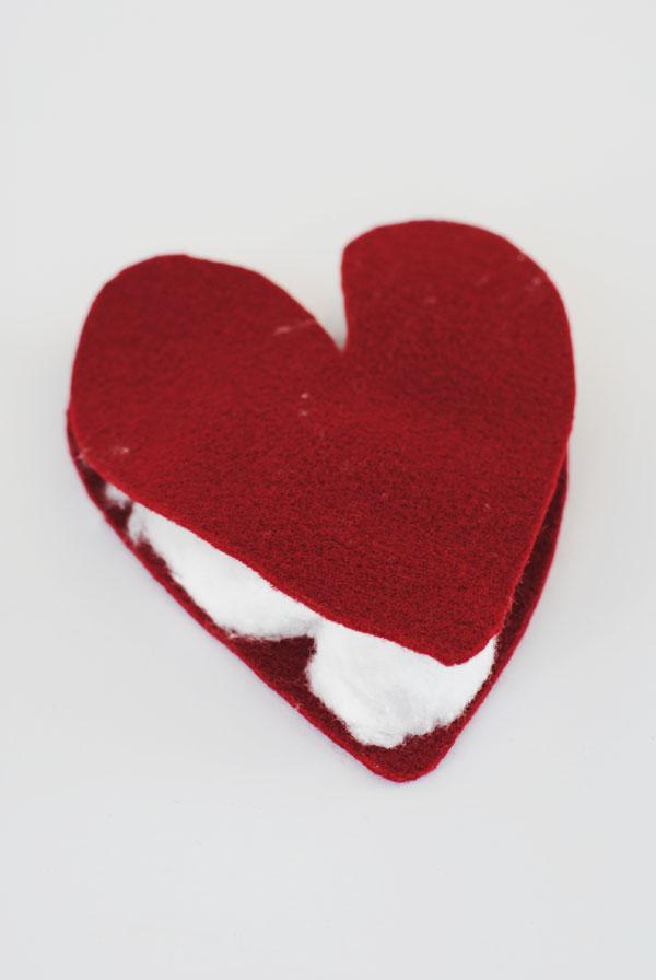 Corta los corazones del fieltro y llénalos de algodón.