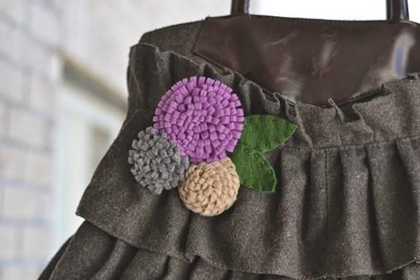 Bolso decorado con flor de fieltro