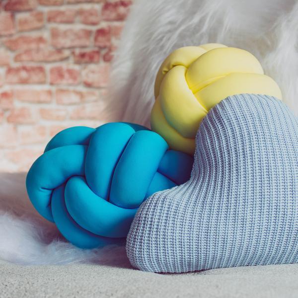 cojín-en-decoración-moderna-escandinava-amarillo-azul