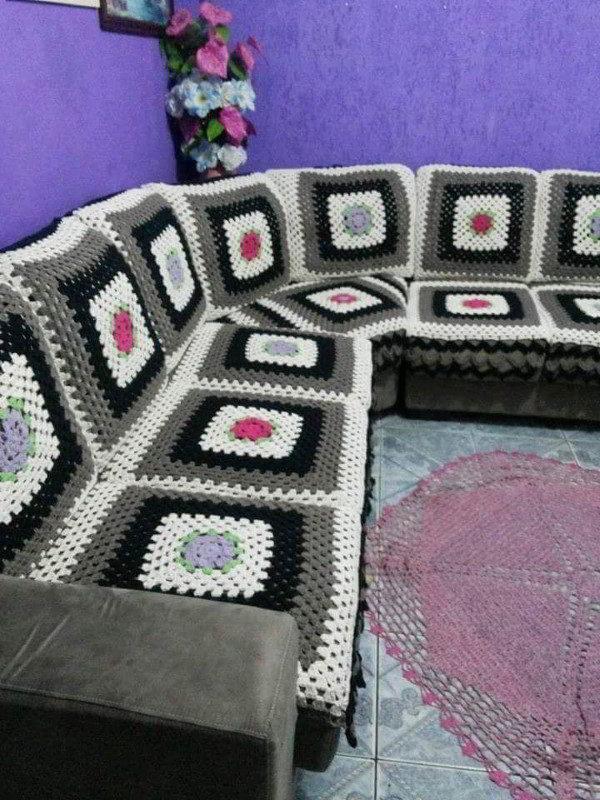 sofá de ganchillo colorido