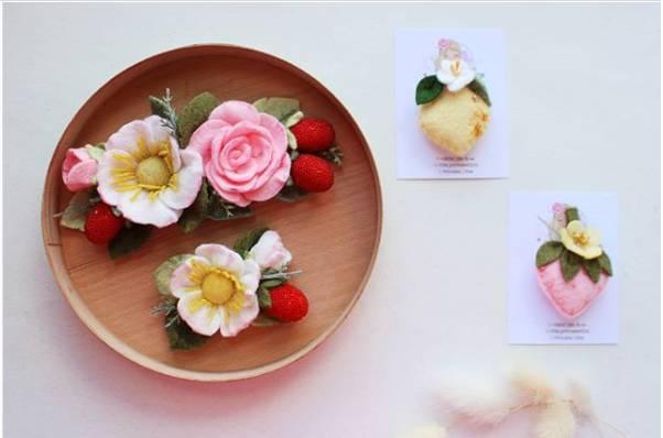 marco decorado con flores en fieltro