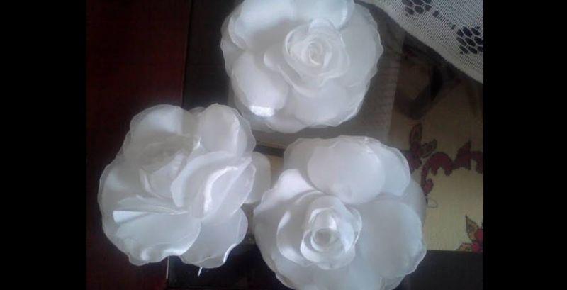 flor con tela rosa blanca