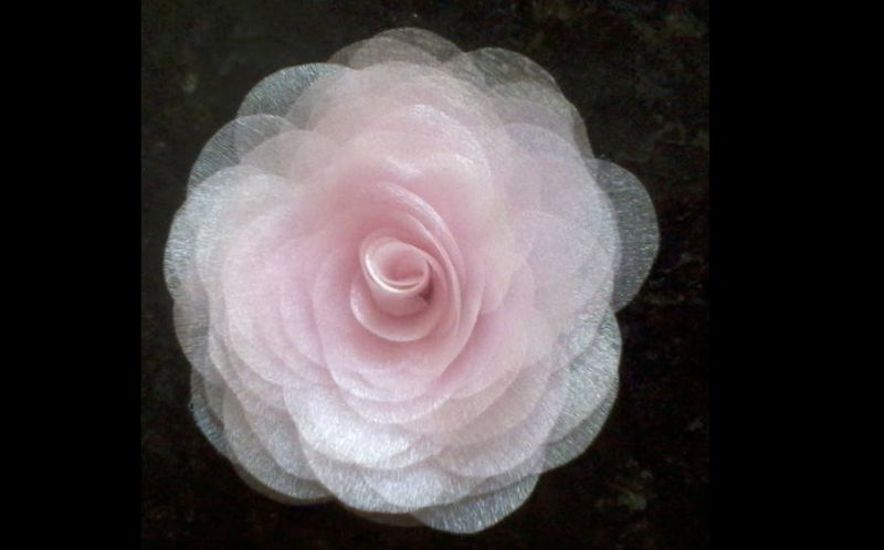 flor con tela rosa claro