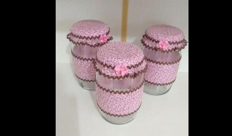 maceta de vidrio decorada con tela rosa