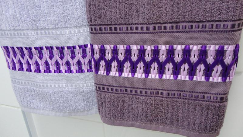 bordado con cintas en un juego de toallas