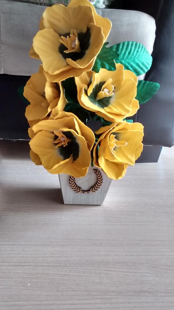 flores hechas de EVA en el florero