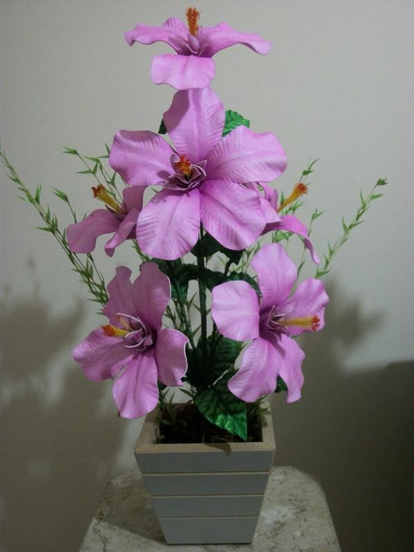 flores hechas de EVA en el frasco