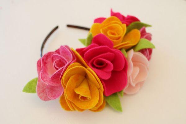 Renueve sus producciones con un lazo decorado con flores de fieltro, que puede tener cualquier combinación de colores que desee (Foto: nowthatspretty.blogspot.com.br)