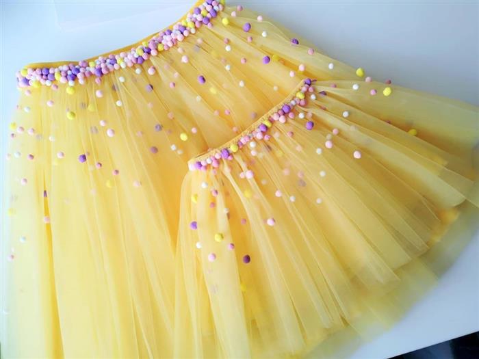 falda de tul amarillo con pompón