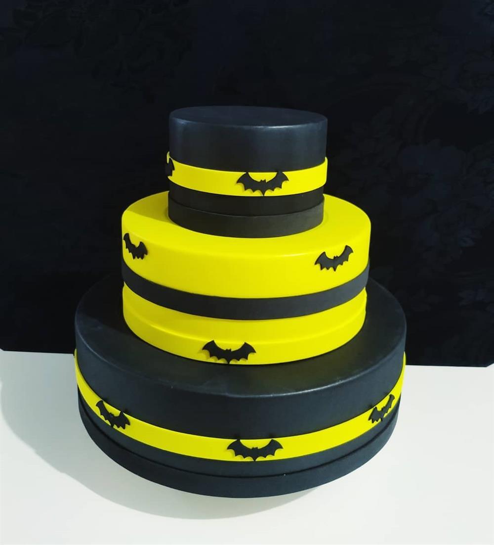 pastel falso negro y amarillo de batman