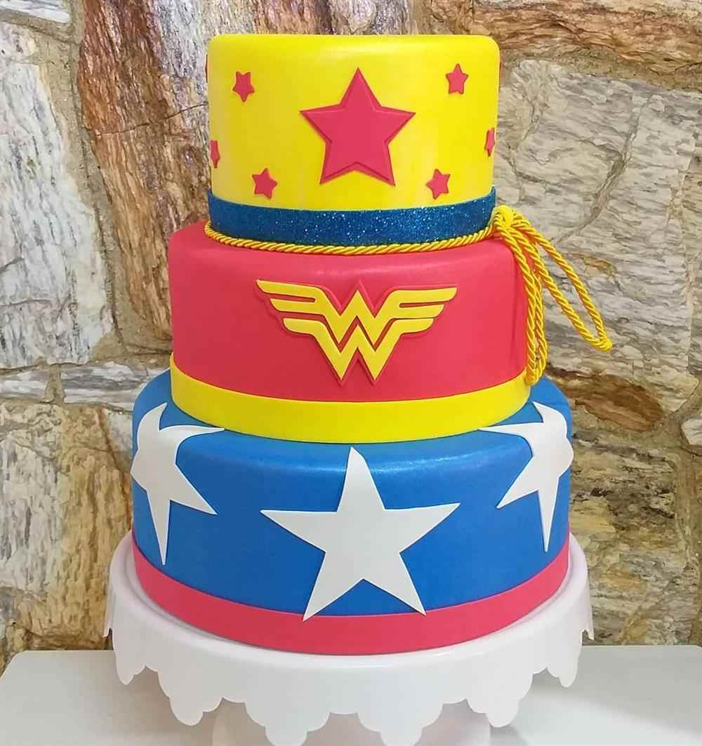 pastel falso de mujer maravilla eva