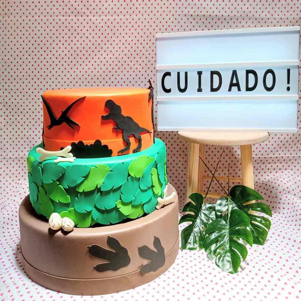 pastel de dinosaurio falso