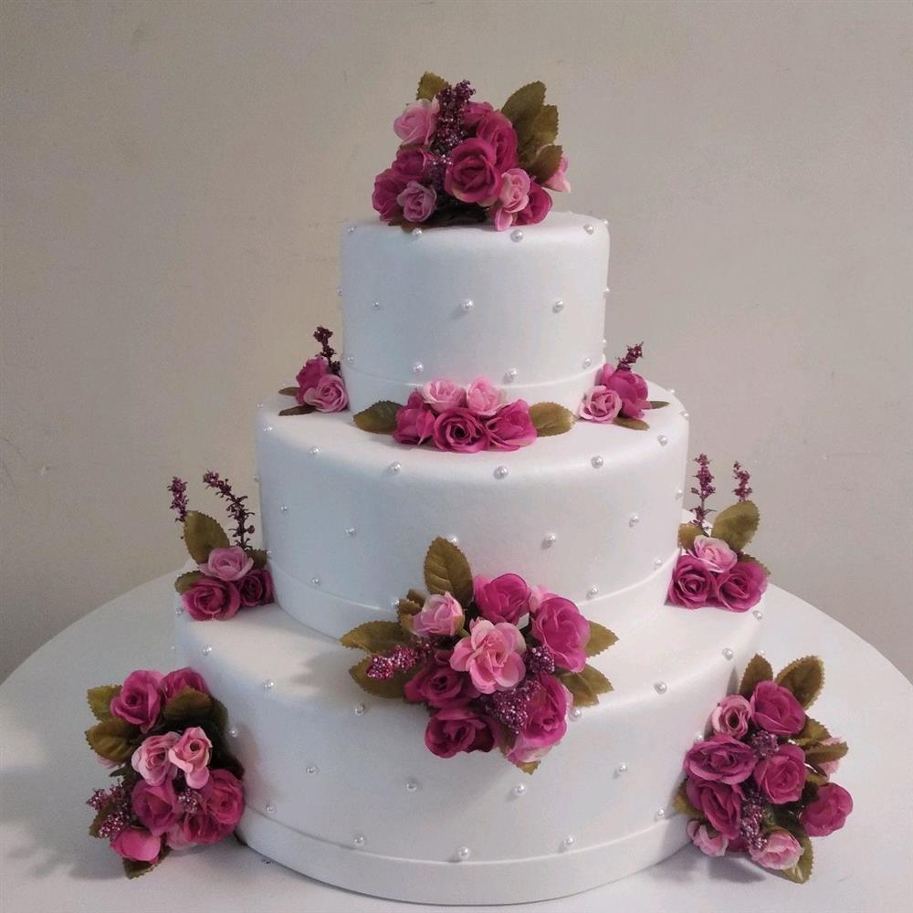 pastel blanco con perlas y flores