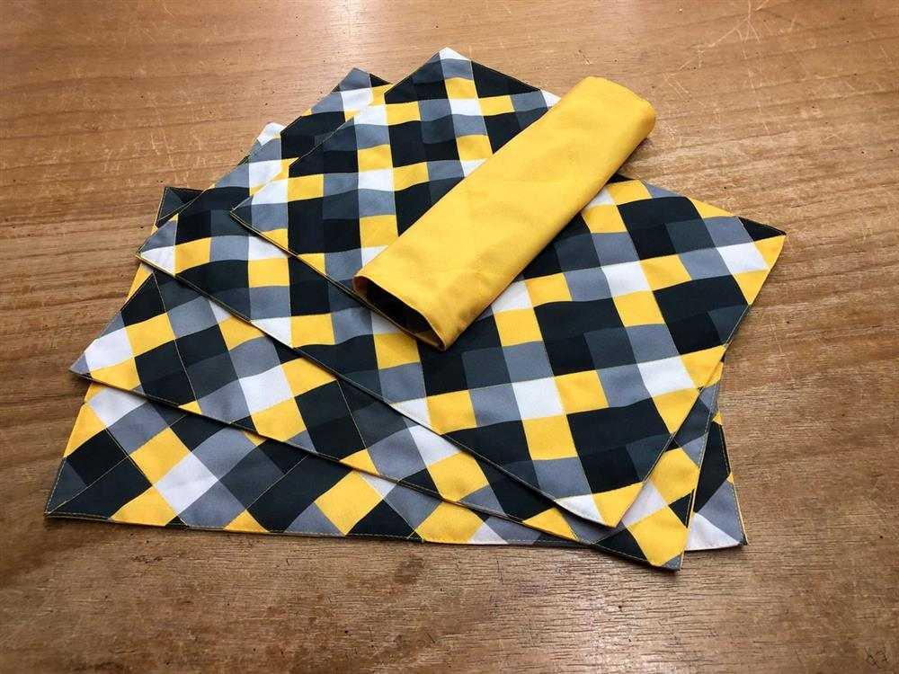 mantel individual de tela geométrica amarilla