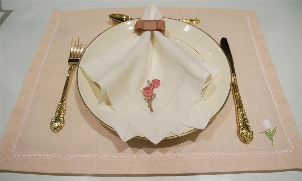 Manteles individuales de lino rosa con bordado