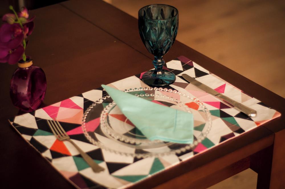 decoración para mesa con colores fuertes