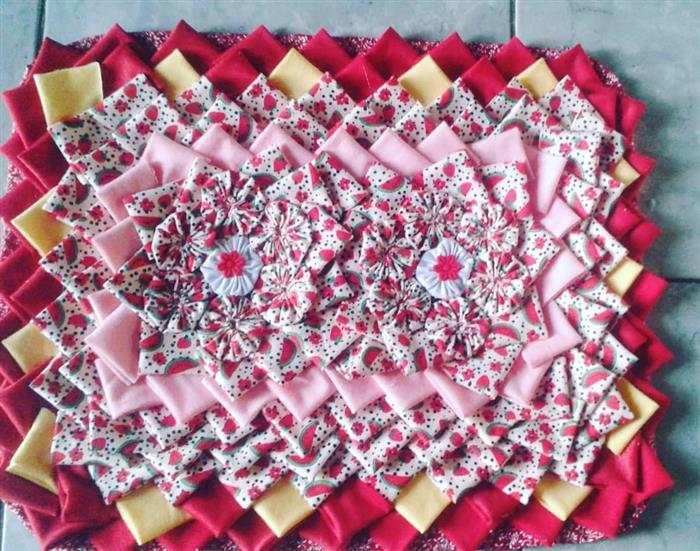 alfombra con yo - yo de colores