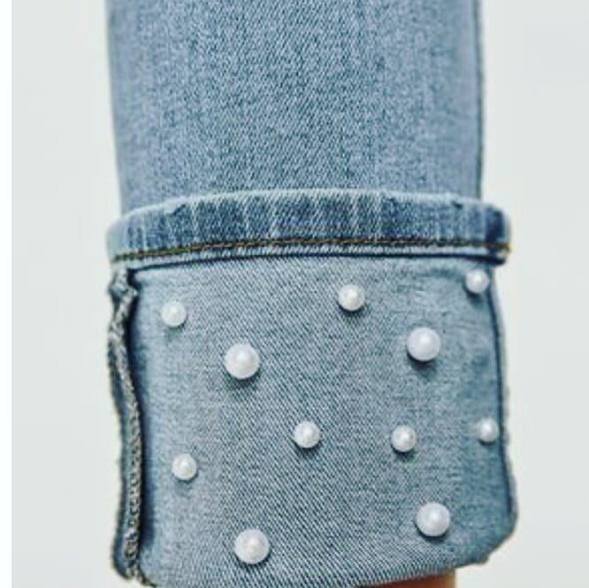 jeans con perla en el dobladillo
