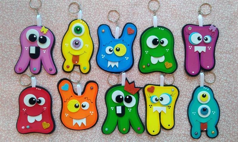 Pequeños monstruos coloridos