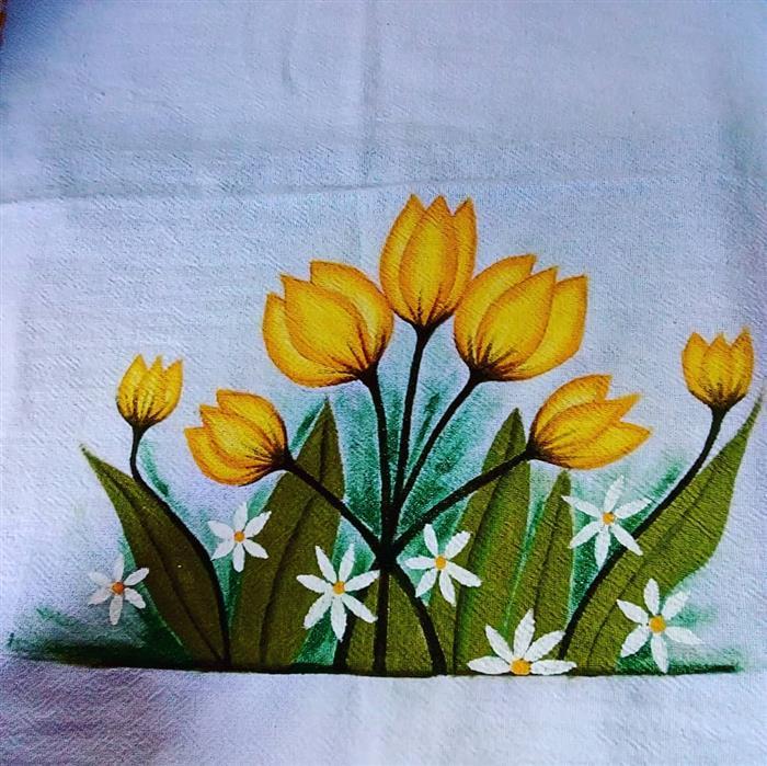 pintura sobre un paño de cocina amarillo