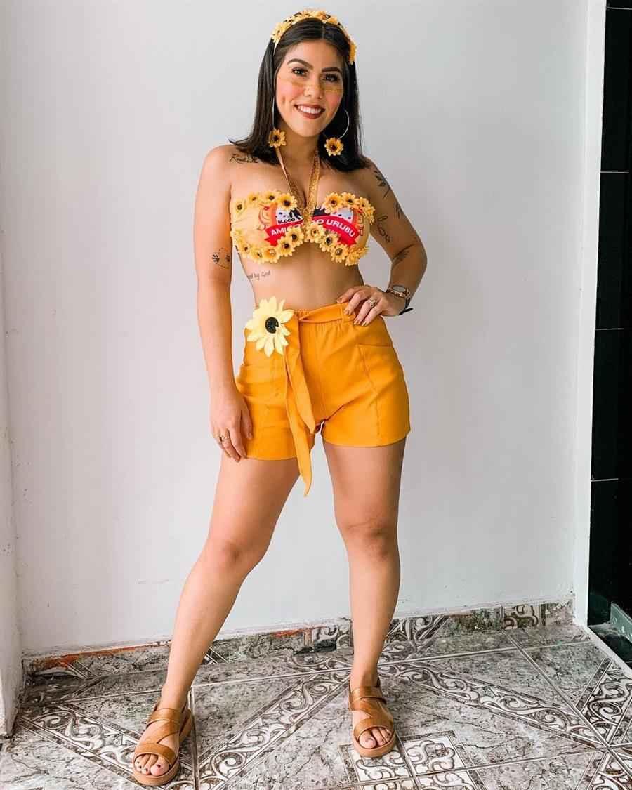 pantalones cortos amarillos y camiseta