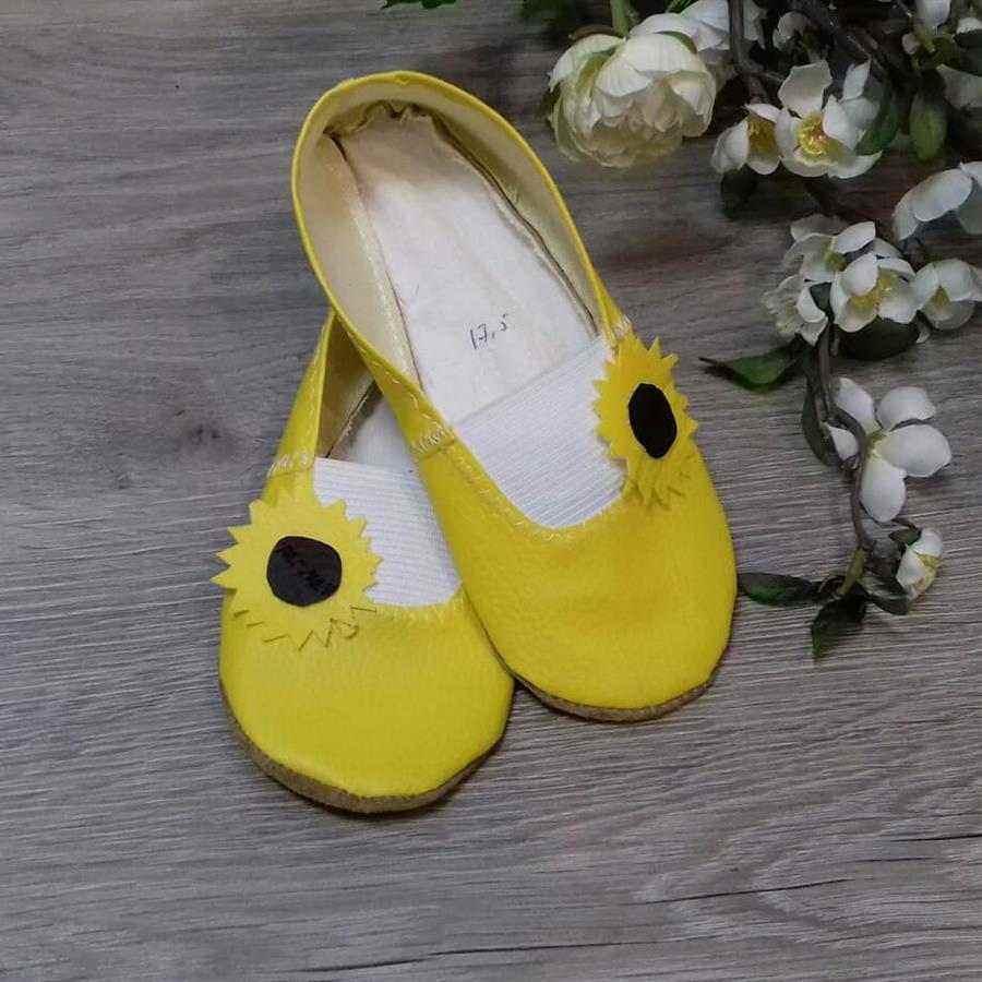 zapatilla amarilla con girasol
