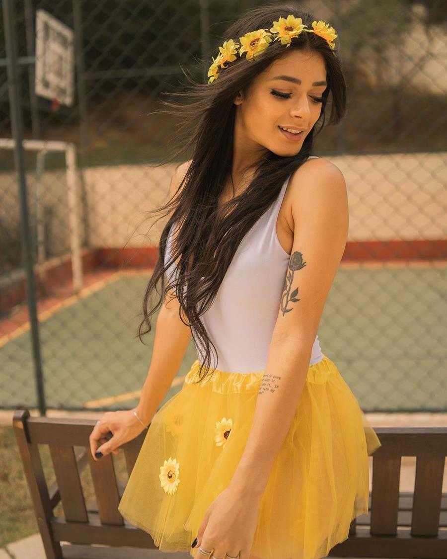 falda de tul amarilla con body blanco