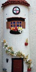 Teja decorada artesanal en relieve casa blanca enredadera