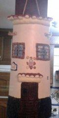 Teja decorada artesanal en relieve: Casa Colgada (Frontal)